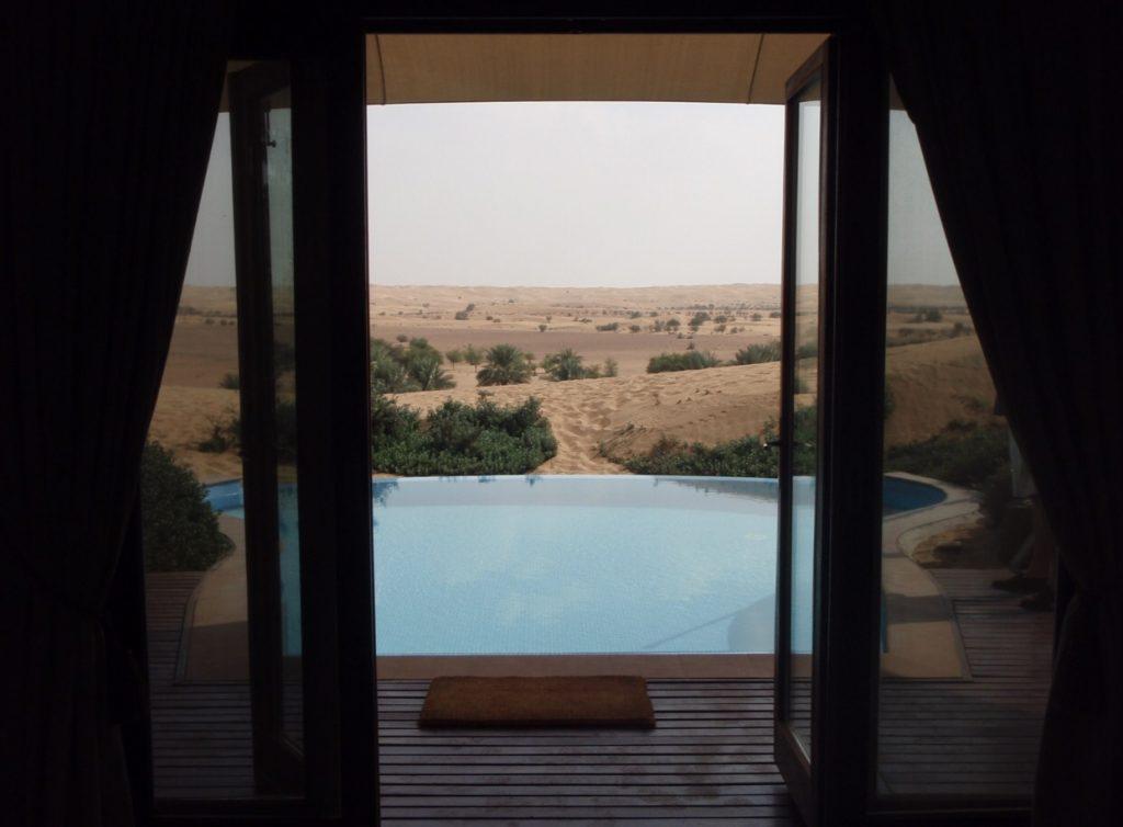 Blick vom Bett über den Pool nach Draußen