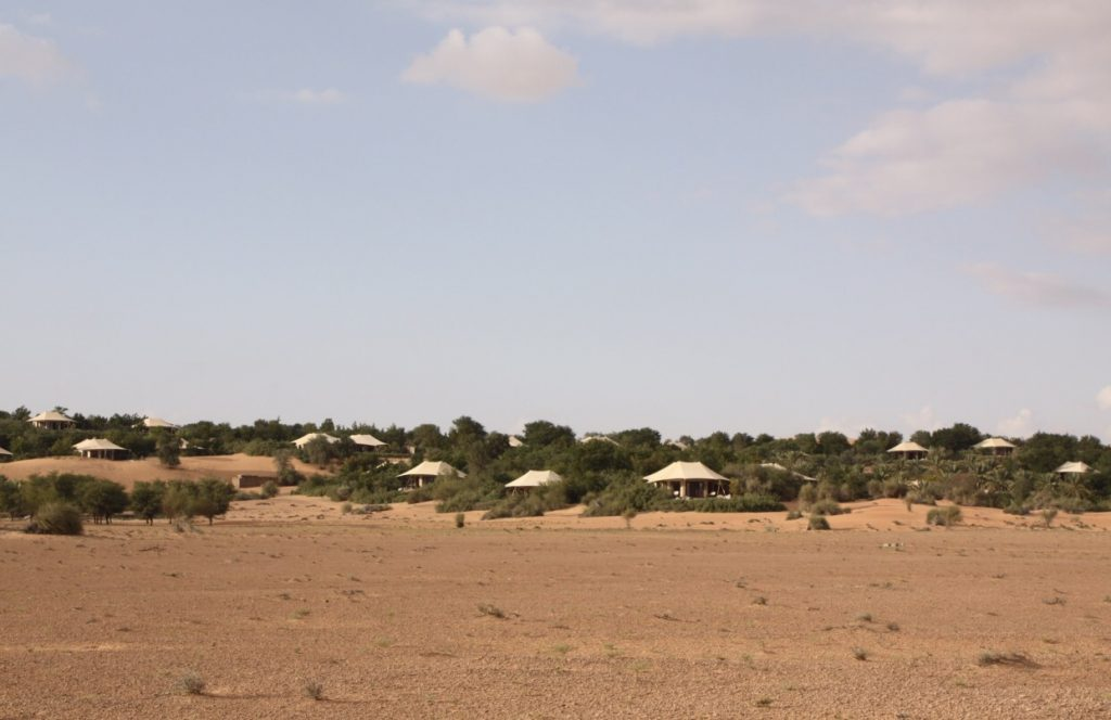 Al Maha Desert Resort erscheint am Horizont