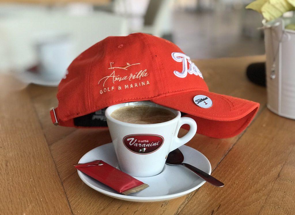 Guter Kaffee und Titleist Cap mit Logo